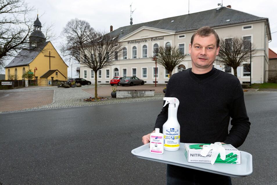 Bert Schäfer vor dem Erblehngericht in Lichtenhain. Hier wird alles für das neue Testzentrum vorbereitet.