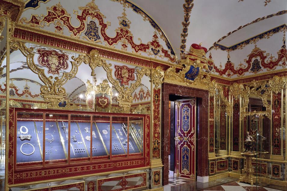 Am 25. November 2019 waren Einbrecher durch ein Fenster in das Grüne Gewölbe im Residenzschloss der sächsischen Landeshauptstadt eingedrungen. Binnen Minuten hatten sie etwa zwei Dutzend barocke Schmuckstücke gestohlen.