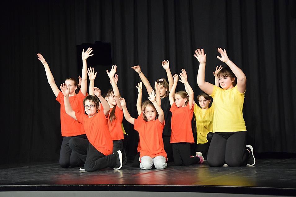 Die Kinder zeigen vor ihren Eltern das Tanztheaterstück, das sie gemeinsam erarbeitet haben. Die Premiere fand in der Zeit vor der Verschärfung der Corona-Regeln und der Schließung der Kulturstätten statt.