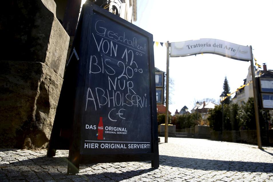 In der Großröhrsdorfer Tratoria dell Arte weißt nunmehr ein Schild darauf hin, dass hier vorerst nicht mehr gespeist werden darf. Immerhin: Der Gastronom bietet Essen zum Mitnehmen.