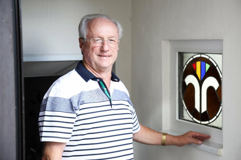 In einem Fenster seines Hauses hat Jürgen Wagner das Logo seines Berufsstandes verewigt.