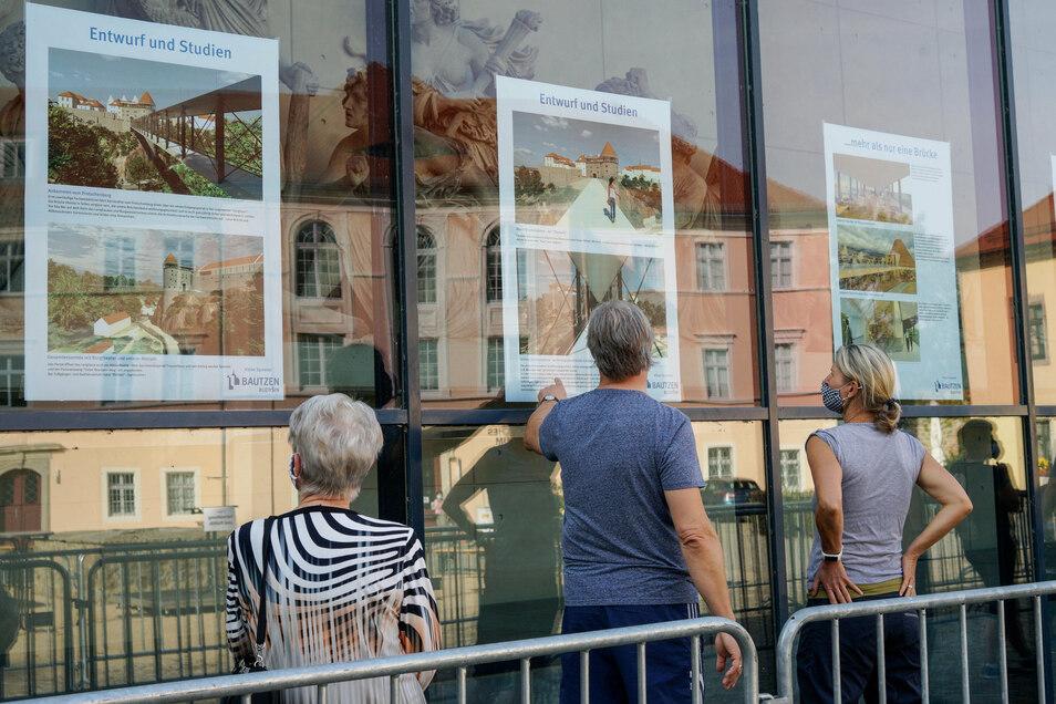 """An der Glasfassade des Theaters konnten sich Besucher über den Stand der Planungen zur """"Vision Spreetor"""" informieren."""
