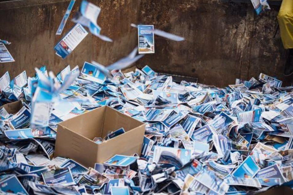 Die Flyer der AfD landeten statt in Briefkästen in einem Container.