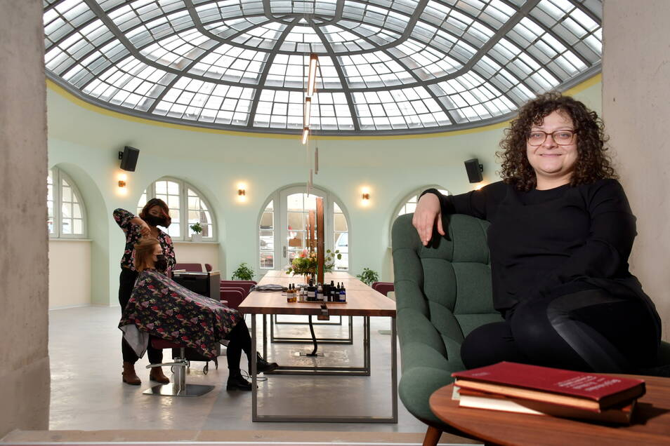 """Juliette Beke empfängt ihre ersten Kunden im Friseursalon """"Gesundes Haar"""" im ehemaligen Lahmann-Sanatorium."""
