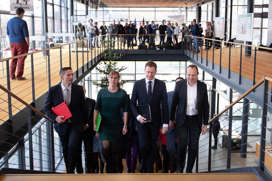 Endlich eine Einigung: Die Mitglieder von CDU, SPD und Grünen machen sich am 1. Dezember 2019 auf, den Koalitionsvertrag vorzustellen. Unterschrieben wird er 20 Tage später.