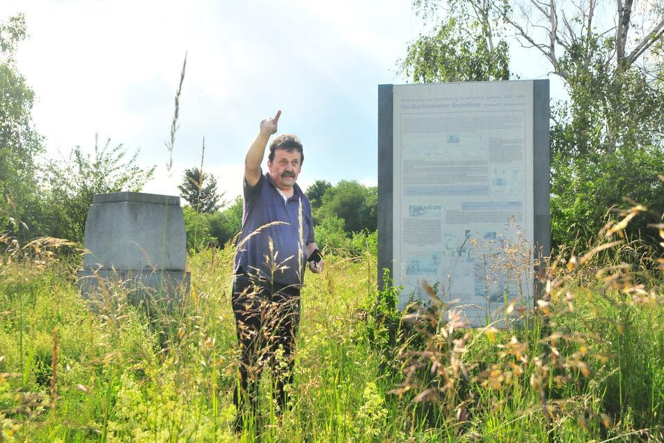 Frieder Henker, Experte für die Großenhainer Grundlinie, zeigt die Basismitte mit Infotafel. Die ist ausgeblichen und der Platz total zugewachsen und verwildert.