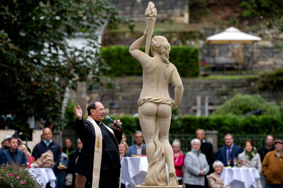 Pfarrer Johannes Johne segnete den Brunnen.