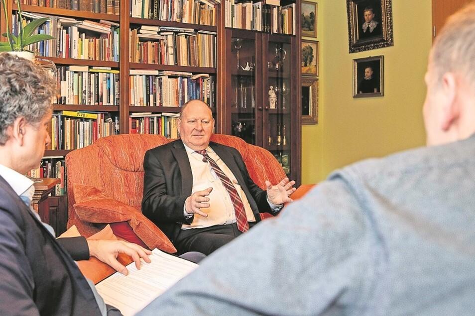 Klaus Brähmig lud die SZ-Redakteure Domokos Szabó (l.) und Gunnar Klehm zum Gespräch in sein Wohnzimmer ein.