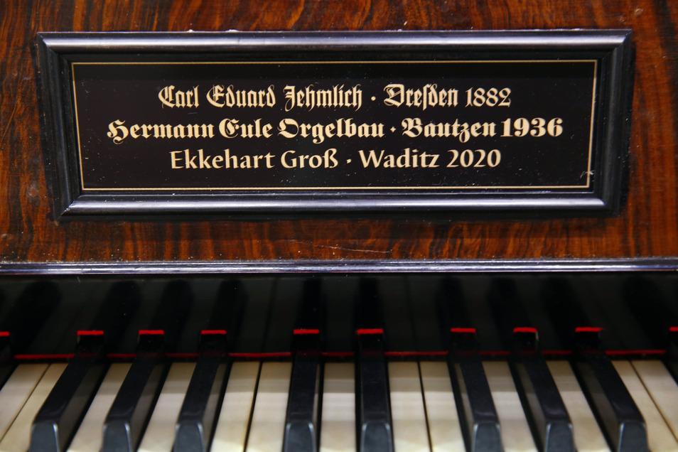 Ein ganz neues Schild wurde angefertigt, auf dem auch die Orgelbaufirma Groß aus Waditz verewigt ist - vom alten fehlte jede Spur.