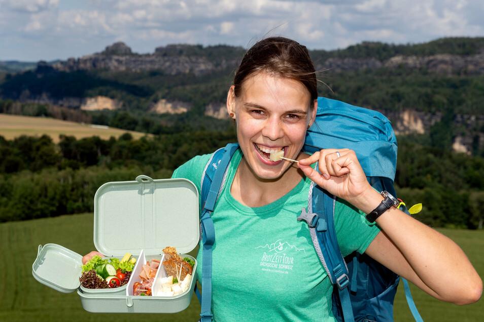 Kristin Arnold mit Brotzeit, im Hintergrund die Schrammsteinkette: Ihre Touren umkreisen den überlaufenen Nationalpark.