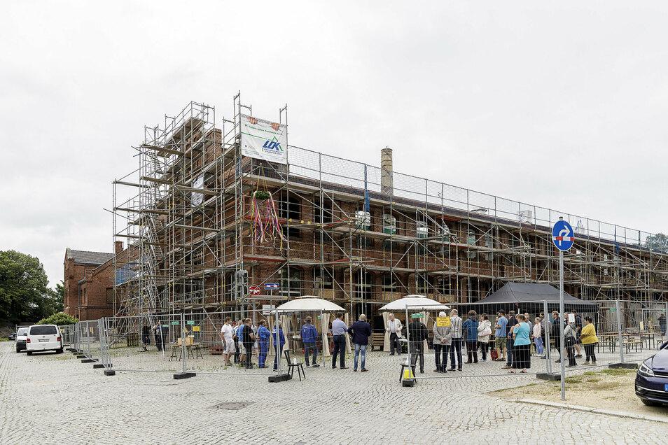 Zum Richtfest am Freitagvormittag haben sich Bauarbeiter, Bauherren, Planer und Mieter auf dem Roscher-Gelände versammelt.