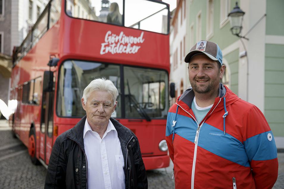Patrick Schultze (mit Busfahrer Klaus-Zura, li.) im Sommer bei der Vorstellung des Görliwood-Busses am Görlitzer Obermarkt.