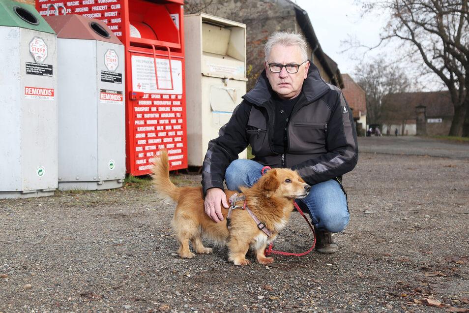 Tierheimleiter Uwe Brestel zeigt die Stelle, an der dieser kleine Hund angeleint wurde. Wollte sich der Halter nur die 100 Euro für die Übernahme sparen?