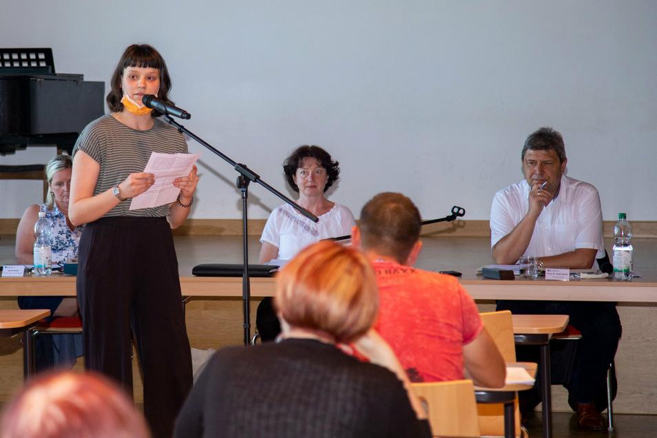 Frieda Schiller spricht in der Bürgersprechstunde der Stadtratssitzung. Sie warnt vor einer Stigmatisierung der Stadt Bischofswerda als Zentrum des Rechtsextremismus, sollte der angekündigte Treff der rechten Szene tatsächlich entstehen.