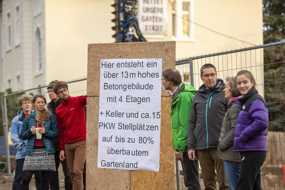 Am Freitagnachmittag haben sich Radebeuler vor der Baustelle am Augustusweg, Ecke August-Bebel-Straße versammelt, um gegen den Neubau zu protestieren, der dort entsteht. Das Haus sei zu groß, die Wohnungen zu teuer, finden sie.
