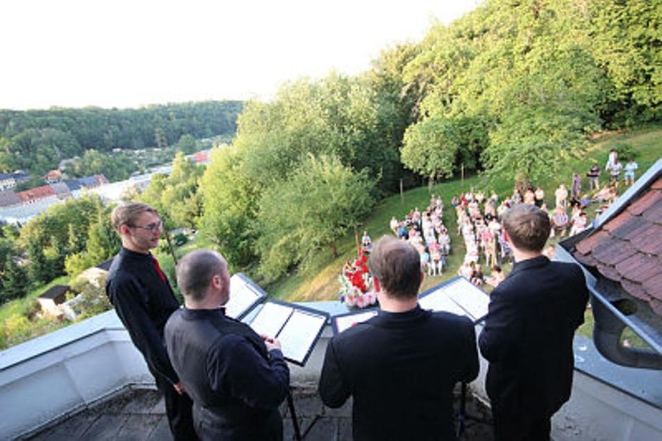 Im zweiten Teil des Benefizkonzertes stimmen die Musiker vom Balkon aus an. Die Zuhörer sitzen im Grünen.