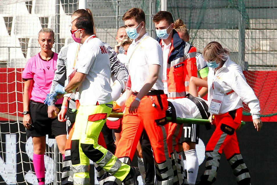 Die Deutsche Spielerin Giulia Gwinn wird verletzt vom Platz getragen.