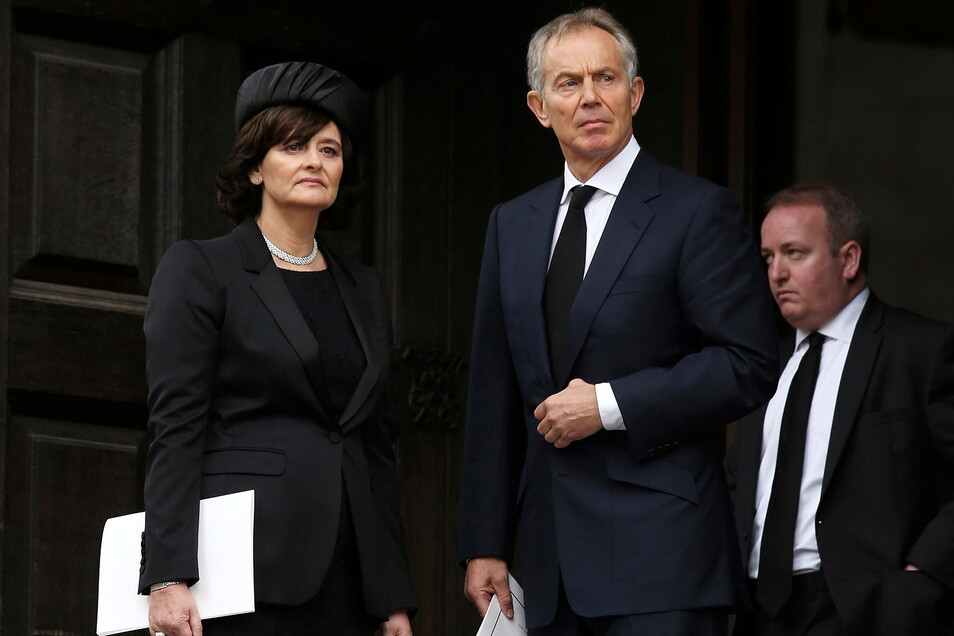 Der ehemalige britische Premierminister Tony Blair (rechts) und seine Frau Cherie Blair (links) haben beim Kauf einer Londoner Immobilie Hunderttausende Pfund an Steuern eingespart.