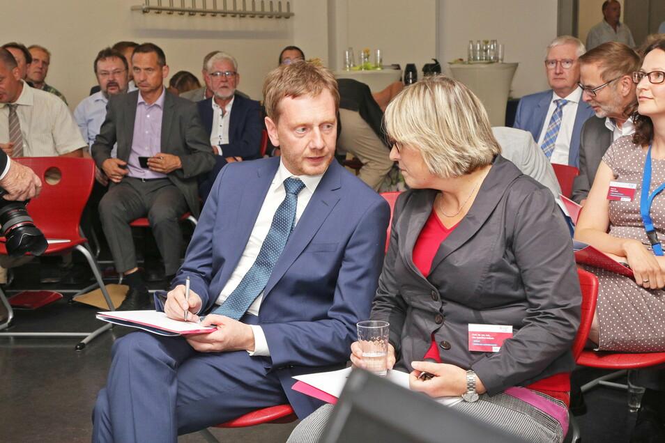 Der Ministerpräsident zu Besuch in Riesa: Michael Kretschmer nahm 2018 beim Wirtschaftsforum teil - hier spricht er gerade mit der Leiterin der Studienakademie, Ute Schröter-Bobsin.