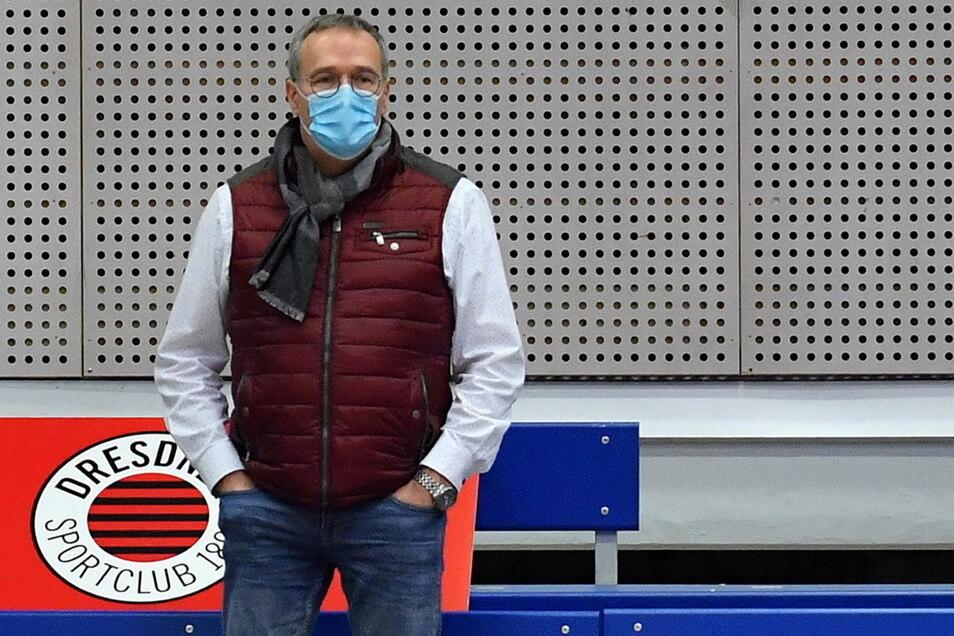 Unter der Maske in der leeren Halle kaum zu erkennen: DSC-Volleyballchef Jörg Dittrich. Der deutsche Meister ist wohl weiter auf Coronahilfen angewiesen.