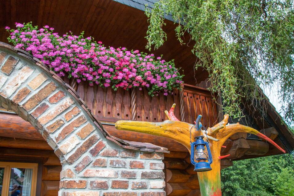 Den Balkon vervollkommnete Steffen Schmidt selbst. Auch die Gestaltung der Terrasse mit Holz und Ziegelsteinen nahm er selbst in die Hand.