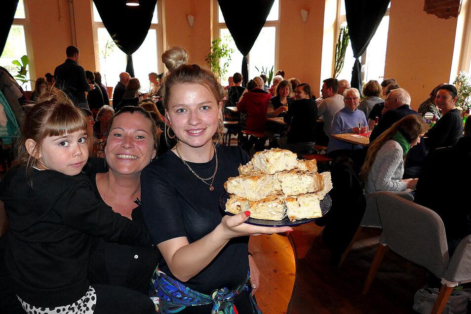 Kati Voigt und Wanda werden beim Muttertagsbrunch im Café Courage von Anja Fischer bedient.