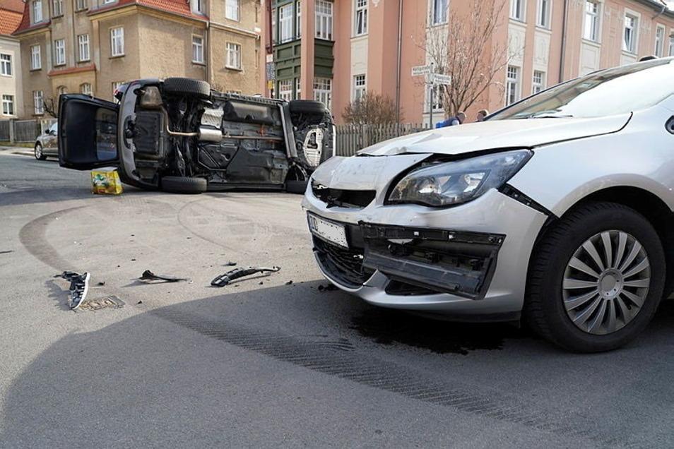 Bei dem Unfall im Bautzener Villen-Viertel entstanden schätzungsweise insgesamt 20.000 Euro Schaden an den den beiden beteiligten Autos.
