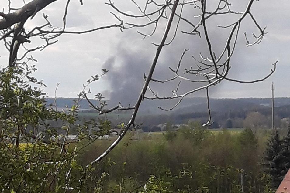 Die Rauchfahne aus Richtung Rennersdorf war am Sonnabend weithin sichtbar.