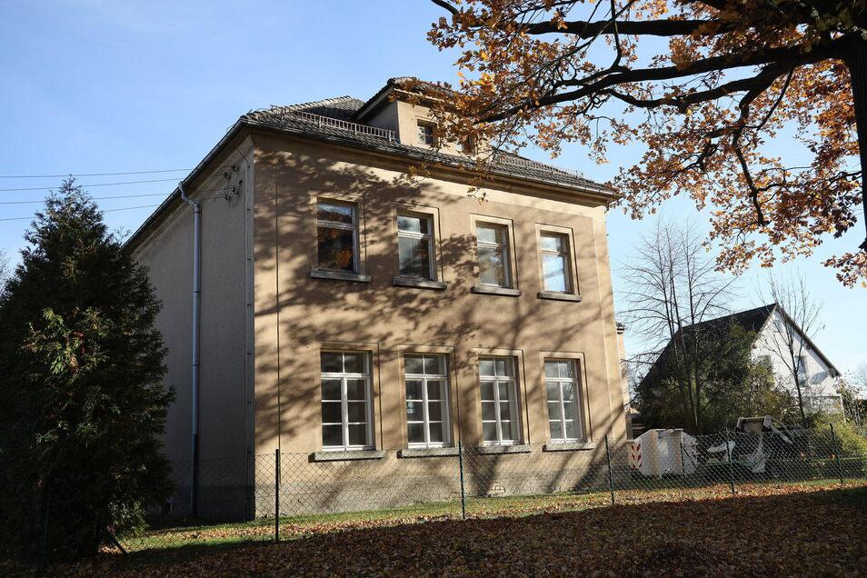 """Die """"alte Schule"""" in Jahnishausen wurde um 1860 als Grundschulgebäude gebaut und 1913 durch einen Anbau erweitert. Letzte Nutzung im Erdgeschoss waren ein Seniorentreff und Räume für den Ortschaftsrat."""