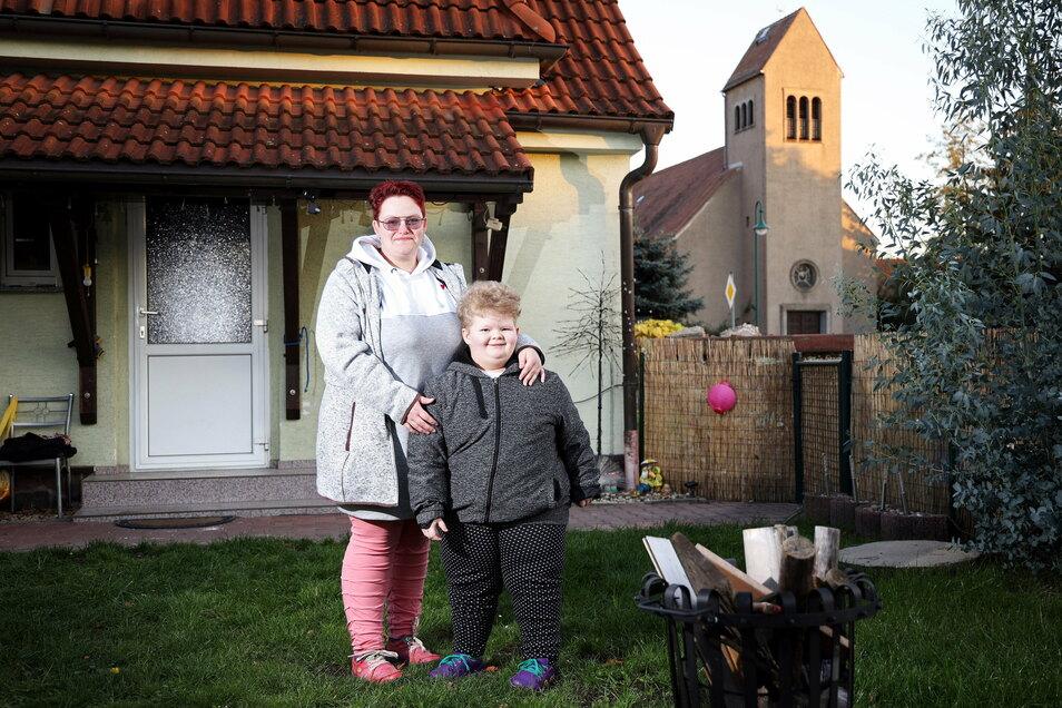 Susanne Haarig mit ihrer Tochter Leonie Pia. Die Fünfjährige hat das Prader-Willi-Syndrom. Weil es zwischen Mutter und Kinderarzt zum Streit um die Grippeschutzimpfung kam, musste die Gröditzerin einen neuen Arzt für ihr Kind suchen.