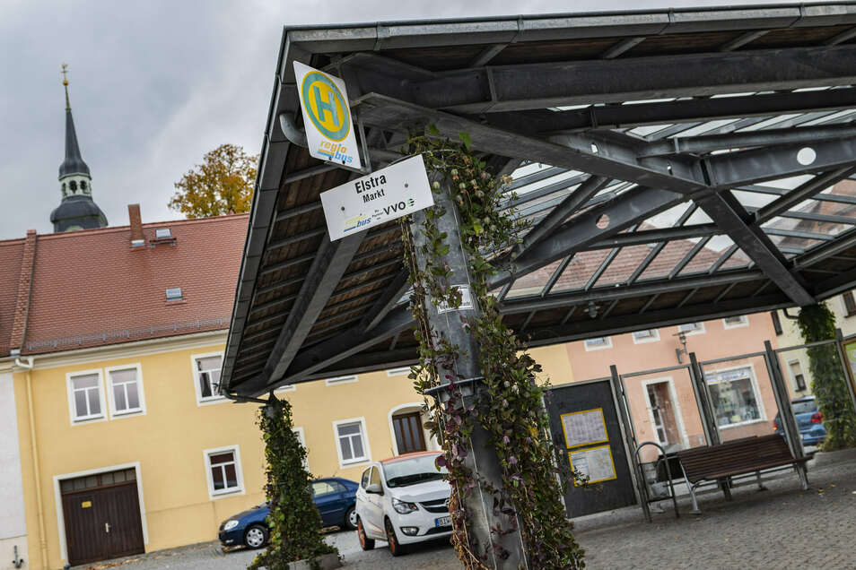 Bisher hat Elstra nur eine Bushaltestelle am Markt. Am Montag beginnt ein Test, der zeigen soll, ob ein zusätzlicher Stopp sinnvoll ist.