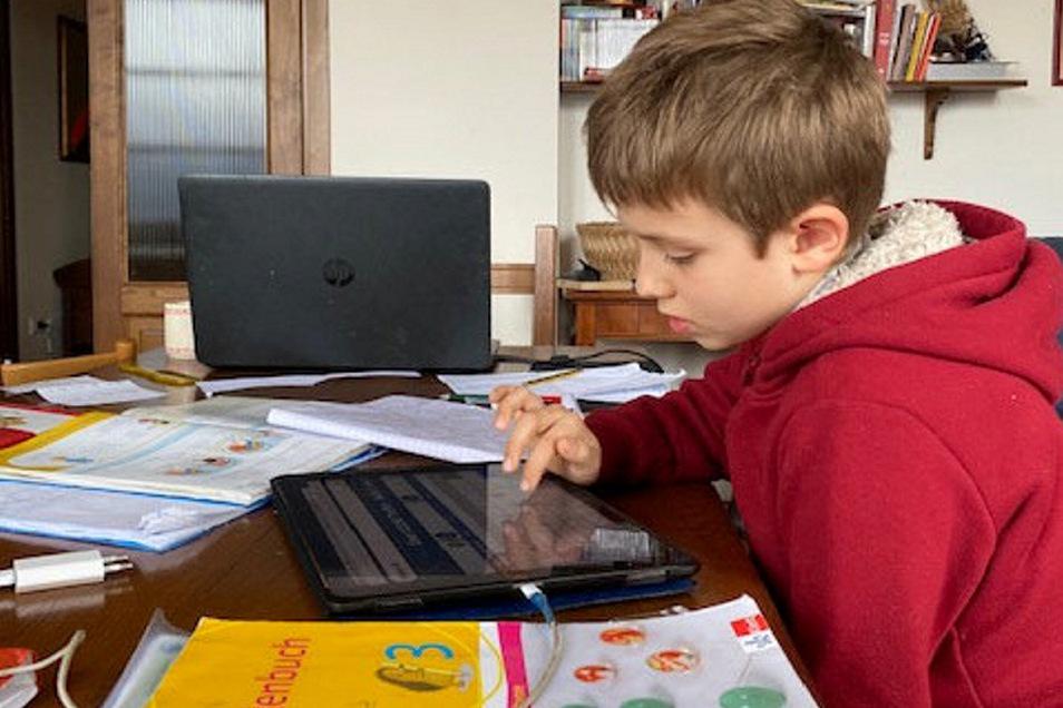 Homeoffice in Italien - Liane Soppas Sohn Giovanni sitzt mit am Schreibtisch und hat seinerseits Heimarbeit.