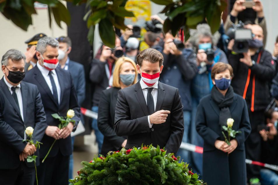 Sebastian Kurz, Bundeskanzler von Österreich, nahm mit weiteren hochrangigen Regierungsmitgliedern an einer Kranzniederlegung am Tatort nach dem Terroranschlag teil.