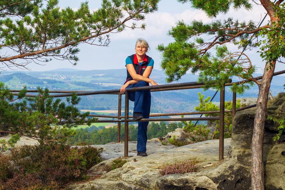 """""""Der Malerweg spielt in der obersten Liga mit."""" Yvonne Brückner vom Tourismusverband Sächsische Schweiz auf ihrem """"Hausberg"""", dem Papststein bei Gohrisch."""