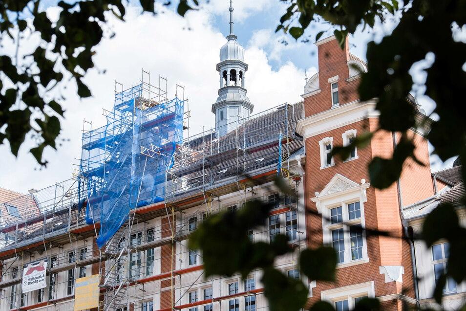 An der Melanchthonschule in Görlitz steht derzeit ein Gerüst. Hier wird der hofseitige Schmuckgiebel im mittleren Fassadenteil saniert.