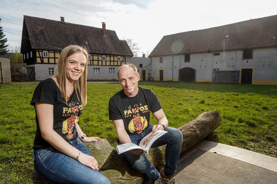 Auf dem Gelände dieses Vierseithofes in Zschorna bei Hochkirch, wo Gerda Weiß und Michael Lange vom Organisationsteam jetzt noch in idyllischer Ruhe sitzen, soll im August das Los Pampos-Festival stattfinden.