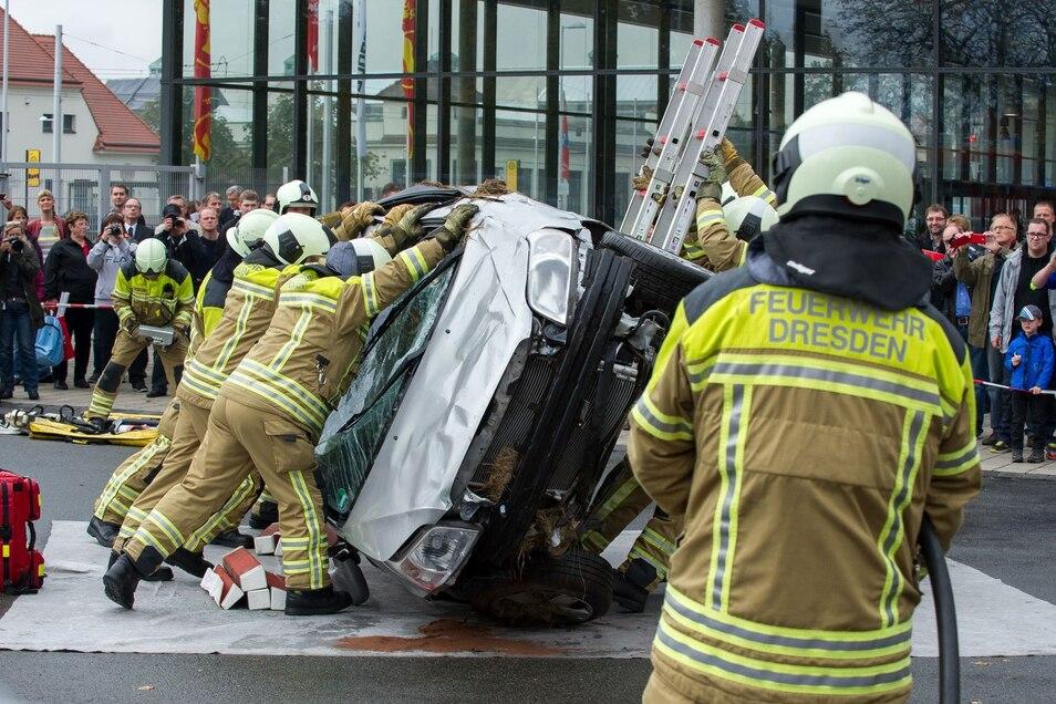 Die Feuerwehr Dresden zeigt unter anderem auf dem Außengelände der Messe ihre Übungen.