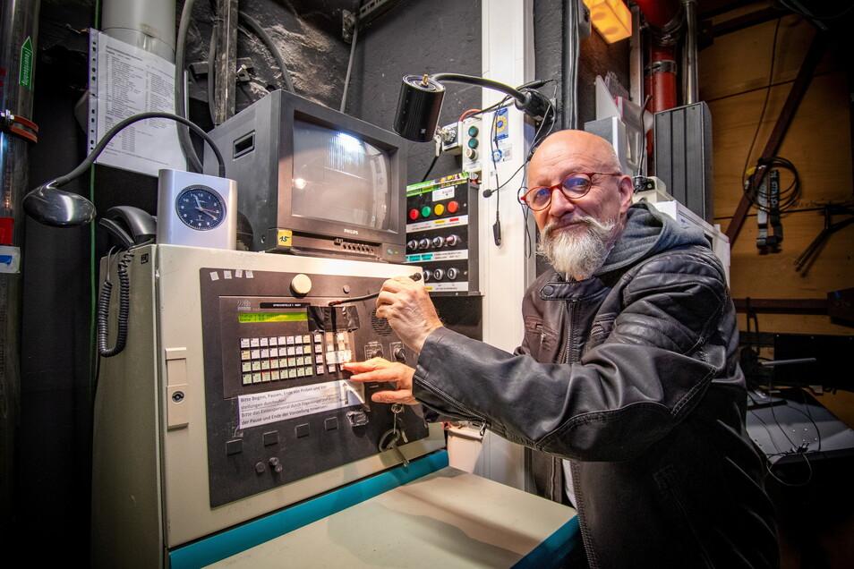 Berno Ploß, Technischer Leiter des Döbelner Theaters, steht am Inspizientenpult hinter der Bühne. Die Technik war schon beim Einbau vor 14 Jahren nicht mehr auf der Höhe der Zeit und ist mittlerweile auch verschlissen.