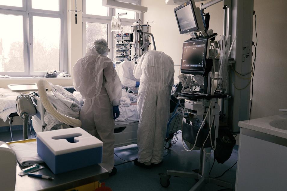Blick in die Intensivstation des Städtischen Klinikums. Allein das Anlegen der Schutzkleidung kostet viel Zeit und muss bei jedem Betreten des Zimmers wiederholt werden. Intensivpatienten brauchen eine eins-zu-eins-Betreuung, es ist also mehr Personal als