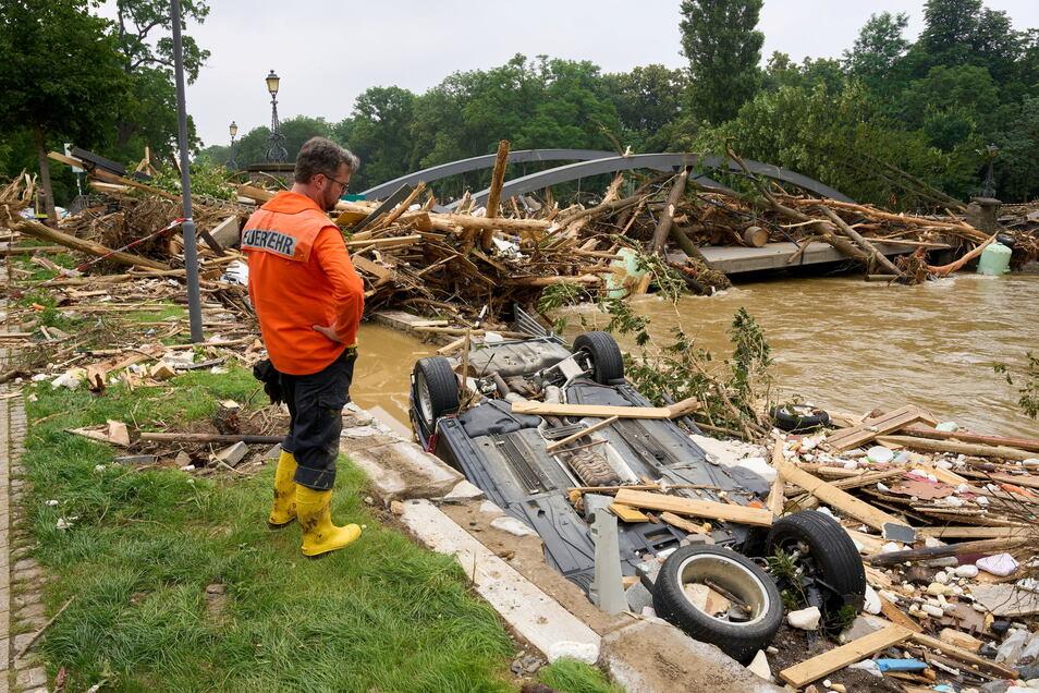 Eine Brücke, die im Bereich des Kurparks die Ahr überspannt, wurde durch das Hochwasser weggerissen.