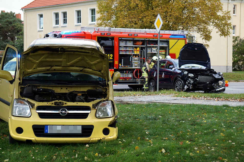 Bereits am Sonnabend ist dieser Opel (vorn) beim Überqueren der B156 dem Hyundai (hinten) zusammengestoßen.