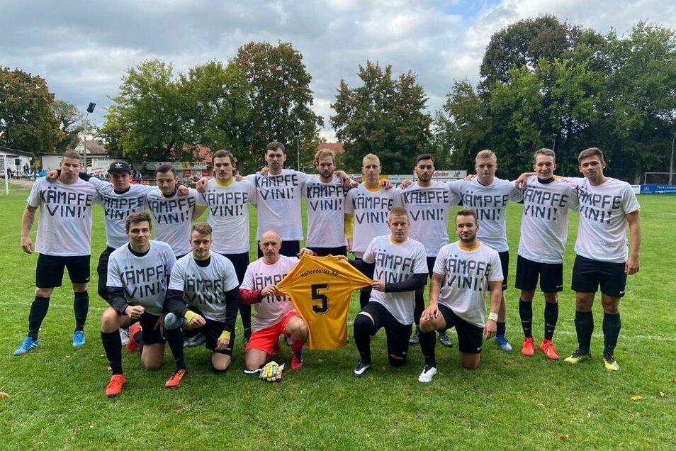 Fußballer vom Holtendorfer SV unterstützen ihren Mitspieler Vini. Sie rufen dazu auf, sich bei der DKMS zu registrieren, um möglichst bald einen passenden Stammzellenspender zu finden.