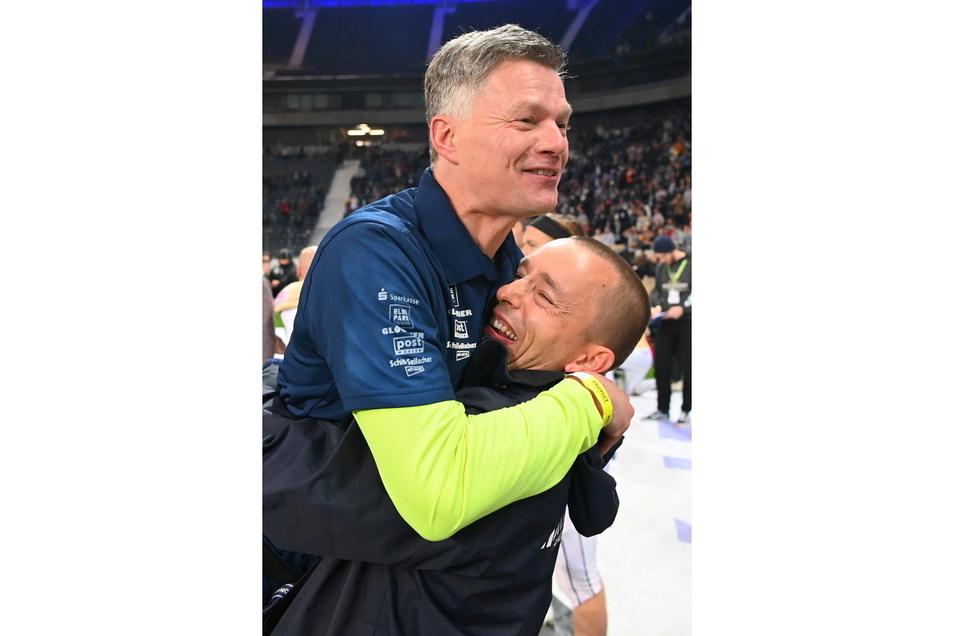 Nach dem Titelgewinn: Monarchs-Geschäftsführer Jörg Dreßler (r.) hebt Chefcoach Ulrich Däuber hoch.