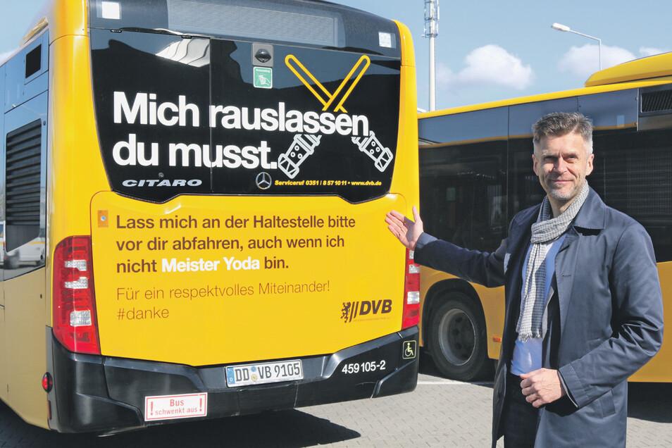 Mit lustig abgewandelten Zitaten aus Film und Fernsehen wird auf dem Heck der DVB-Busse dafür geworben, dass Autofahrer den Bus ohne große Verzögerung von der Haltestelle abfahren lassen.
