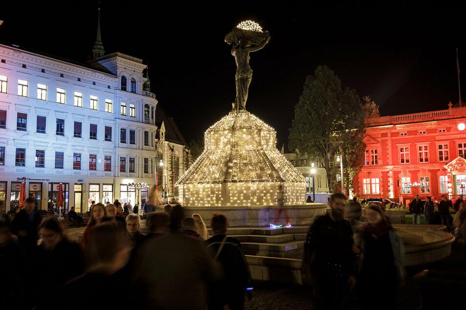 Ein Bild vom Vorjahr: Blick auf die illuminierte Muschelminna auf dem Postplatz.