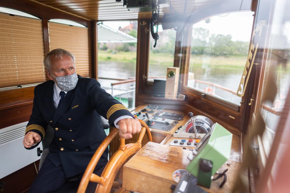 """Andreas Weber fing als Matrosenlehrling an, wurde Bootsmann und ist seit 2012 als Kapitän auf der """"Dresden"""". Die Flotte ist sein Leben."""