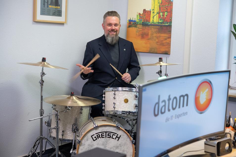 Bei Key Account Manager Andreas Henschel steht das private Schlagzeug am Schreibtisch. Gespielt wird nach Feierabend.