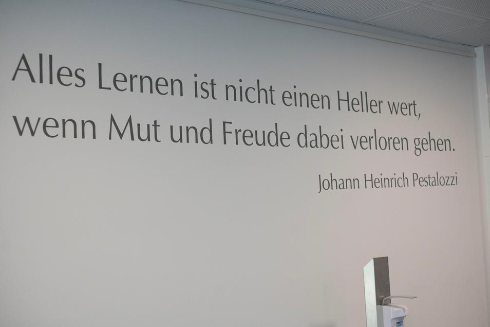Spruch von Pestalozzi im Foyer.