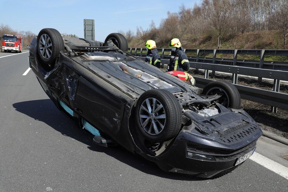 Bei dem Unfall auf der A4 bei Dresden überschlug sich ein Skoda und blieb auf dem Dach liegen.