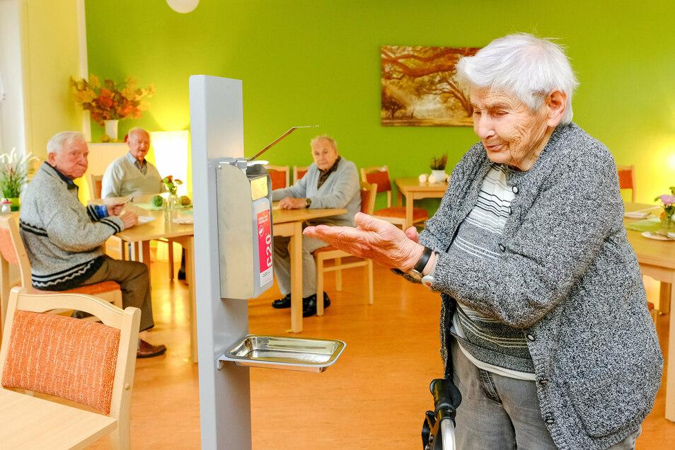 Erst desinfizieren und dann noch reichlich Abstand beim Mittagessen. So wird es zum Schutz vor Corona in der Seniorenwohnanlage der Volkssolidarität in der Lutherstraße in Coswig gehalten.